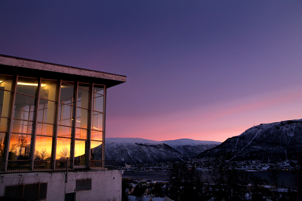 MØRKETID og det fantastiske lyset som stiger opp over sørhimmelen. Rosa, lill, orange og blått i en sinnsyk lysfontene...  ALFHEIM badet i mørketidssola. Foto: YNGVE OLSEN SÆBBE / NORDLYS           Postboks 2515               9272 Tromsø                                   mob.: 911 69942           yngos@nordlys.no