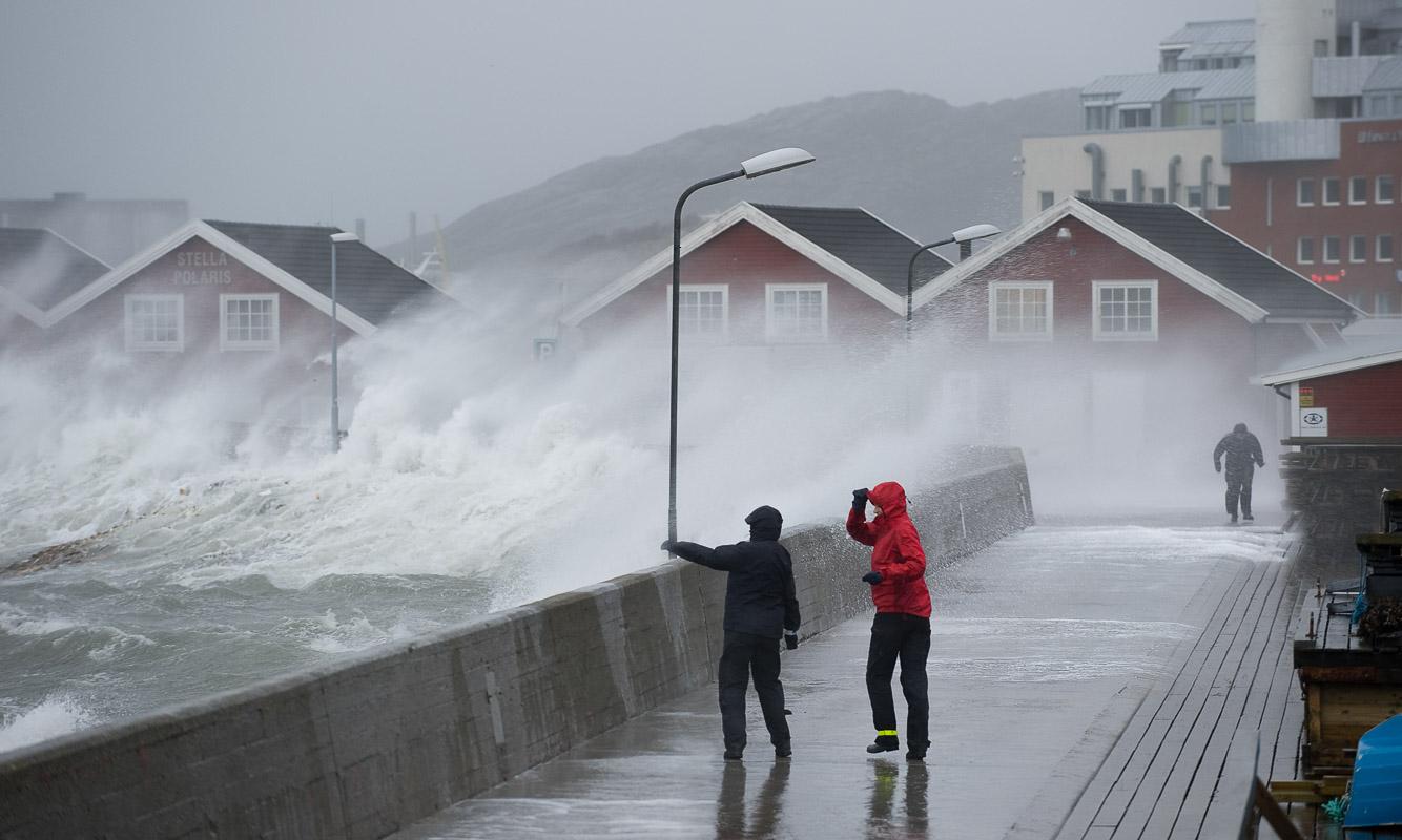 Når høststormen treffer, er moloen i Bodø stedet å være © Ernst Furuhatt