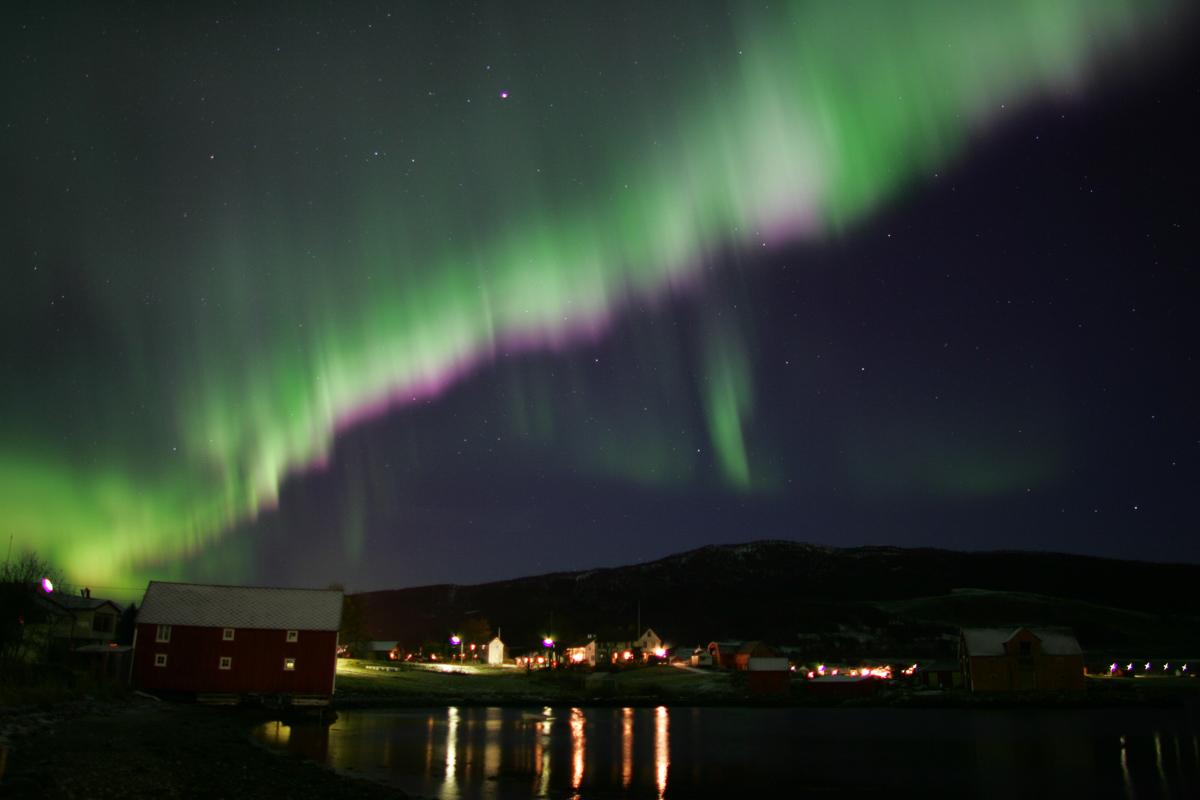 Nordlyset lyser over Sandtorg sør for Harstad © Frank Andreassen