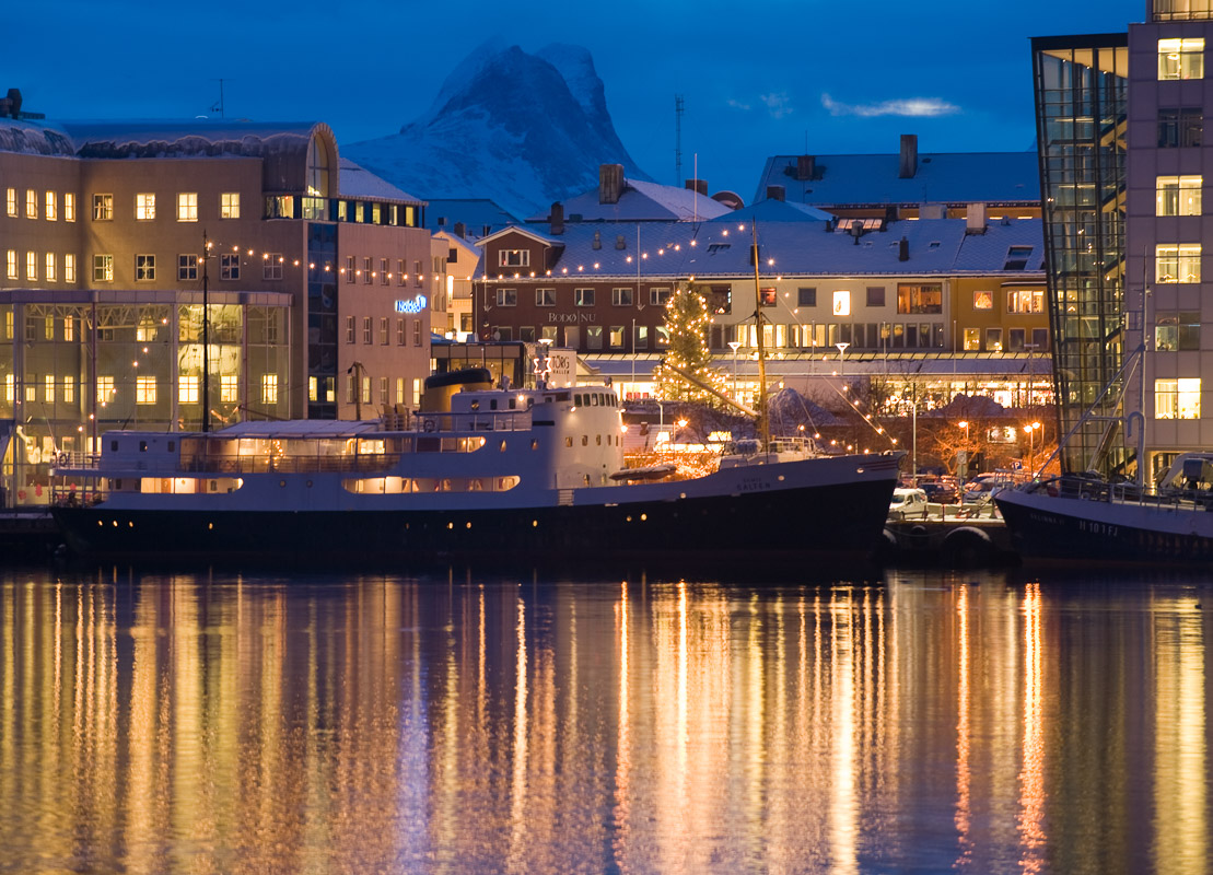 Bodø by night. The city where your trip begins © Ernst Furuhatt