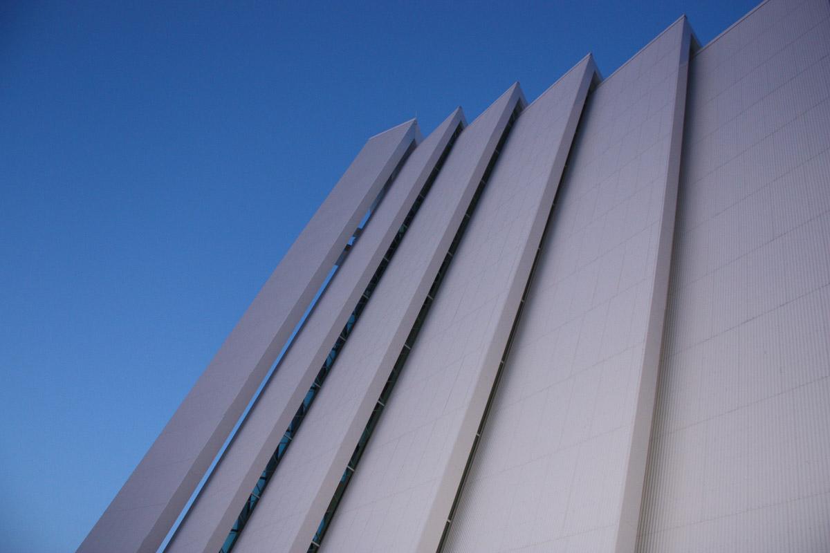 Elleve lameller danner veggene i kirken (c) Hanne Knudsen
