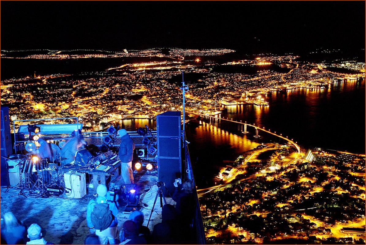 Konsert med votter og lue på utsiktsplattformen © Yngve Olsen Sæbbe
