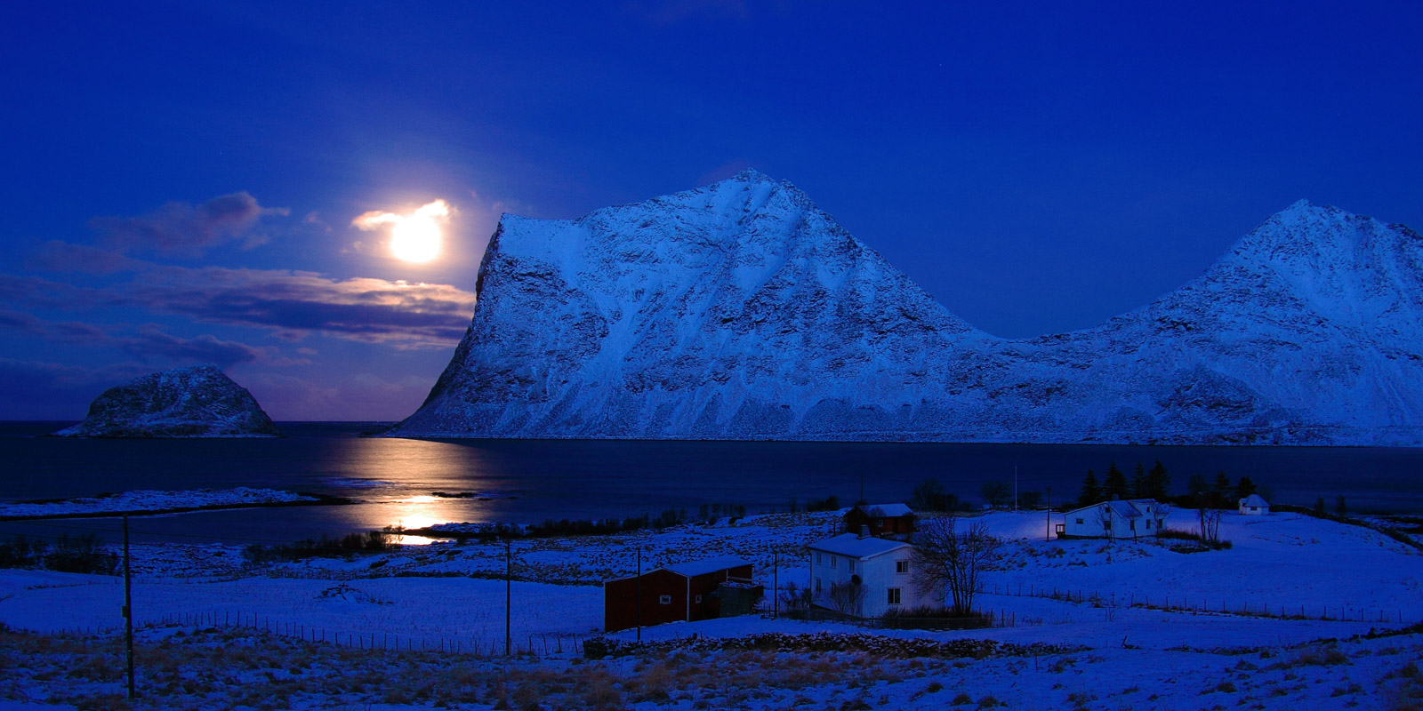Moonlight replacing the sun in Lofoten © Tommy Kristiansen