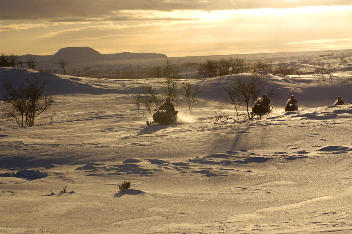 Skuterkjøring i lav sol på vei til Alta