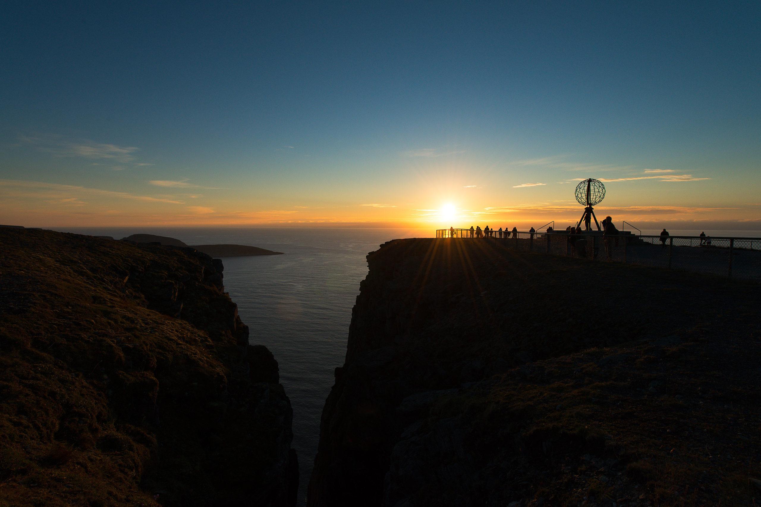 Midnattssol på Nordkapp, med Knivskjelodden ute til venstre © Bjarne Riesto