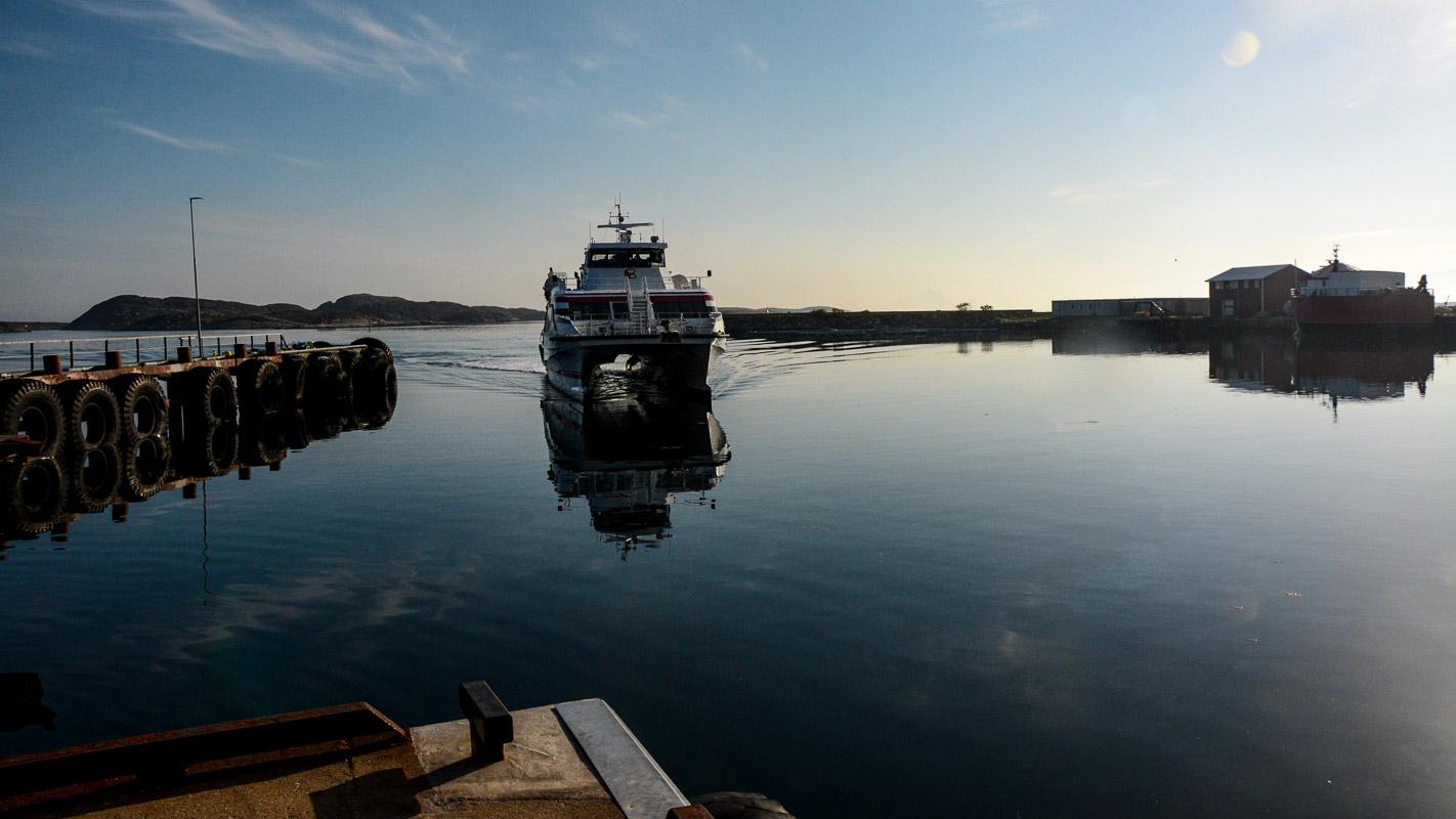 Hurtigbåten på vei inn i morgenstilla © Knut Hansvold