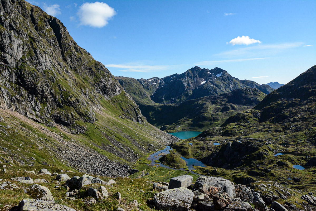 A quiet valley mid ascent where the guide tells about Bear history © Knut Hansvold