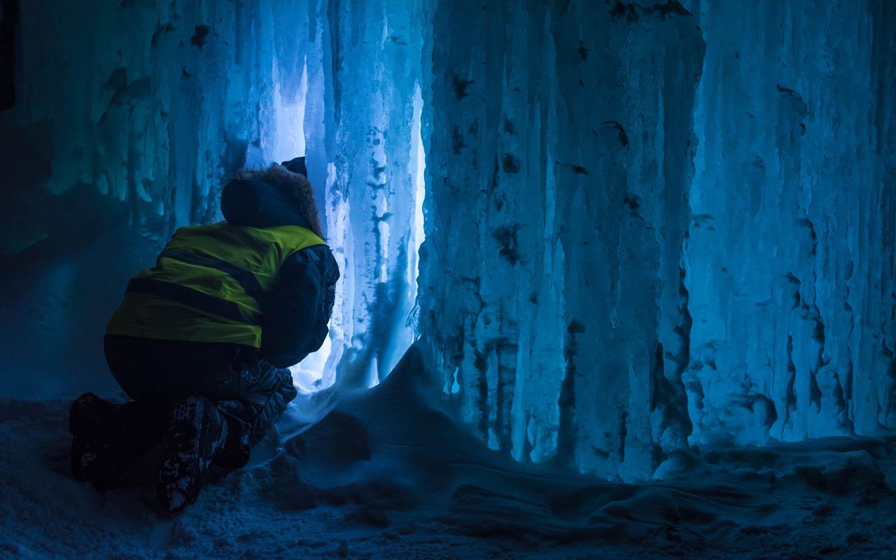 Formasjonene i isen er mildt sagt spektakulære © Maria Babahekian
