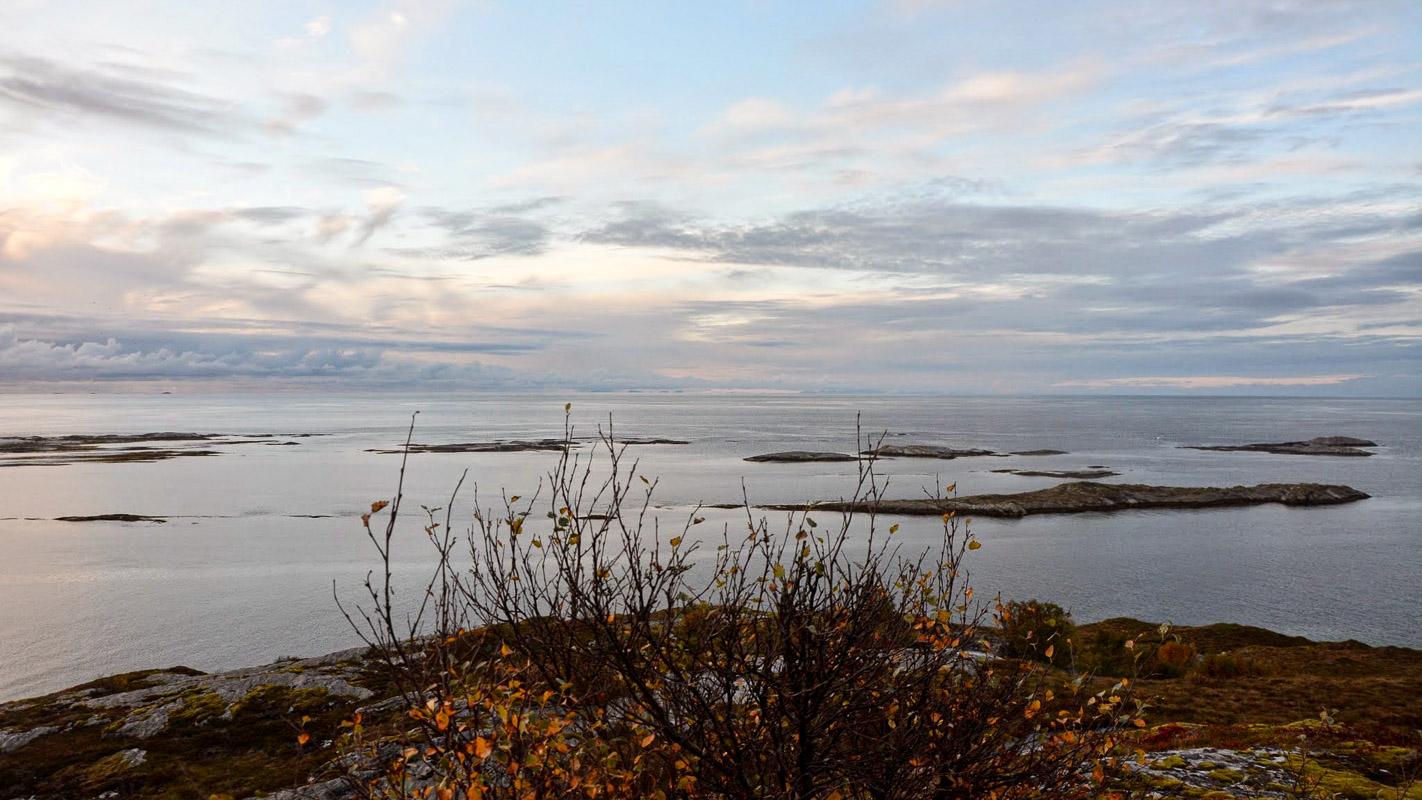 En høstdag ser man over til Værøy og Lofotodden på andre sida av Vestfjorden © Knut Hansvold