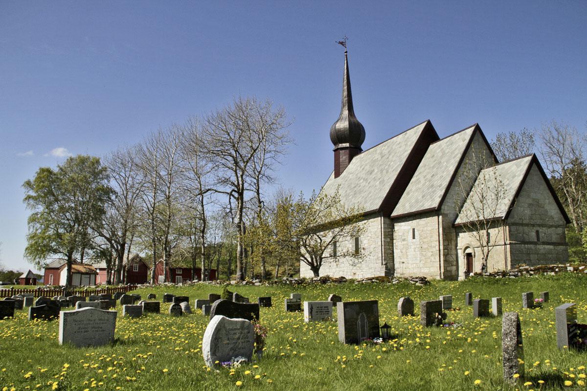 Koret og sakristiet er fra 100-tallet, mens skipet på Alstahaug kirke ble bygd til på 1800-tallet © Tore Schöning Olsen