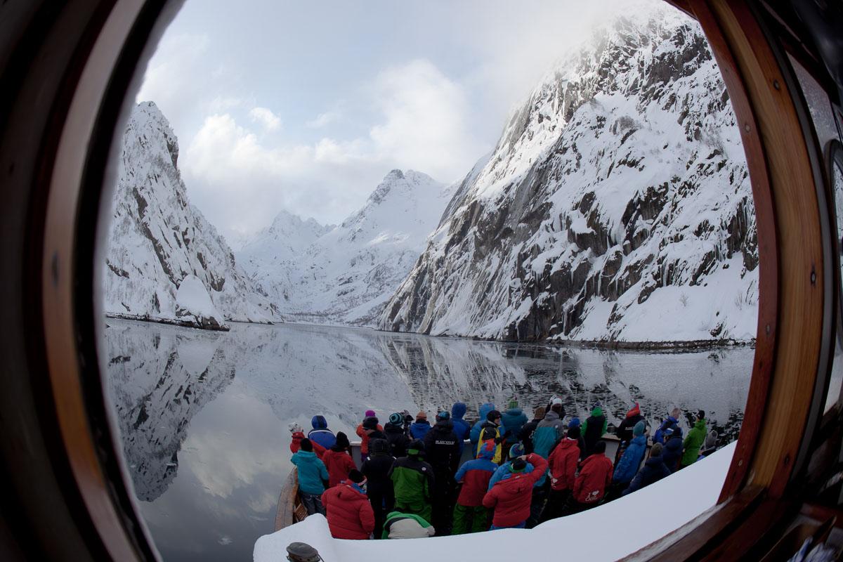 Blikk gjennom ventilen ut til Trollfjorden. Her er Trollfjorden stengt på grunn av rasfare, og alle står på dekk og ser inn fra munningen (c) Espen Mortensen/www.esmofoto.no