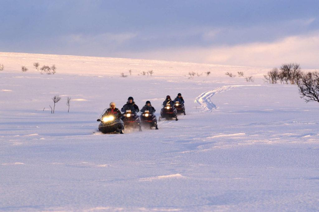 I Alta kan du kjøre snøscooter med venner og familie