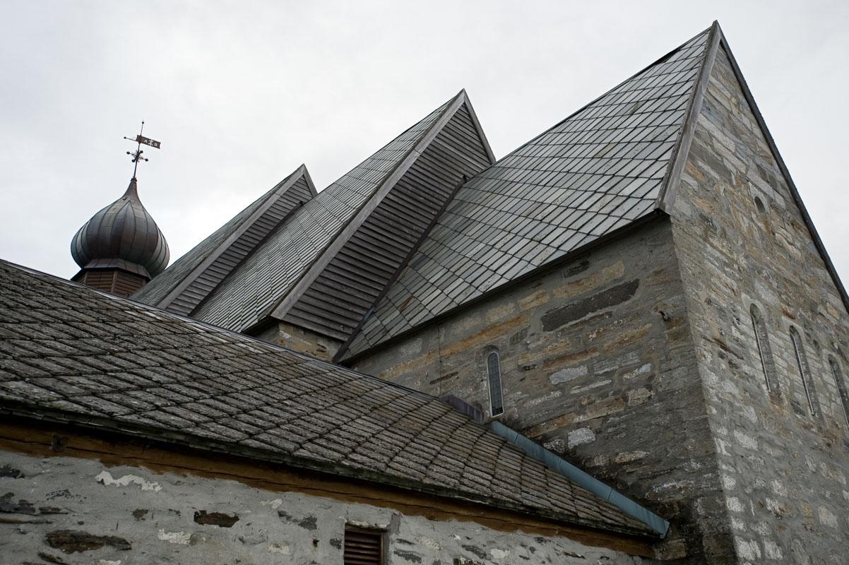 Dønnes kirke er fra 1200-tallet, mens gravkapellet i forgrunnen er fra 1600-tallet © Erlend Haarberg / Helgeland Reiseliv
