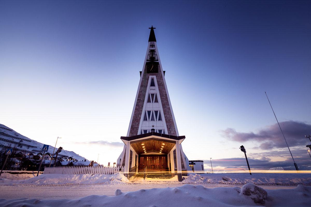 The 1962 church looms over the reconstruction era architecture © Ziggi Wantuch/Hammerfest Turist