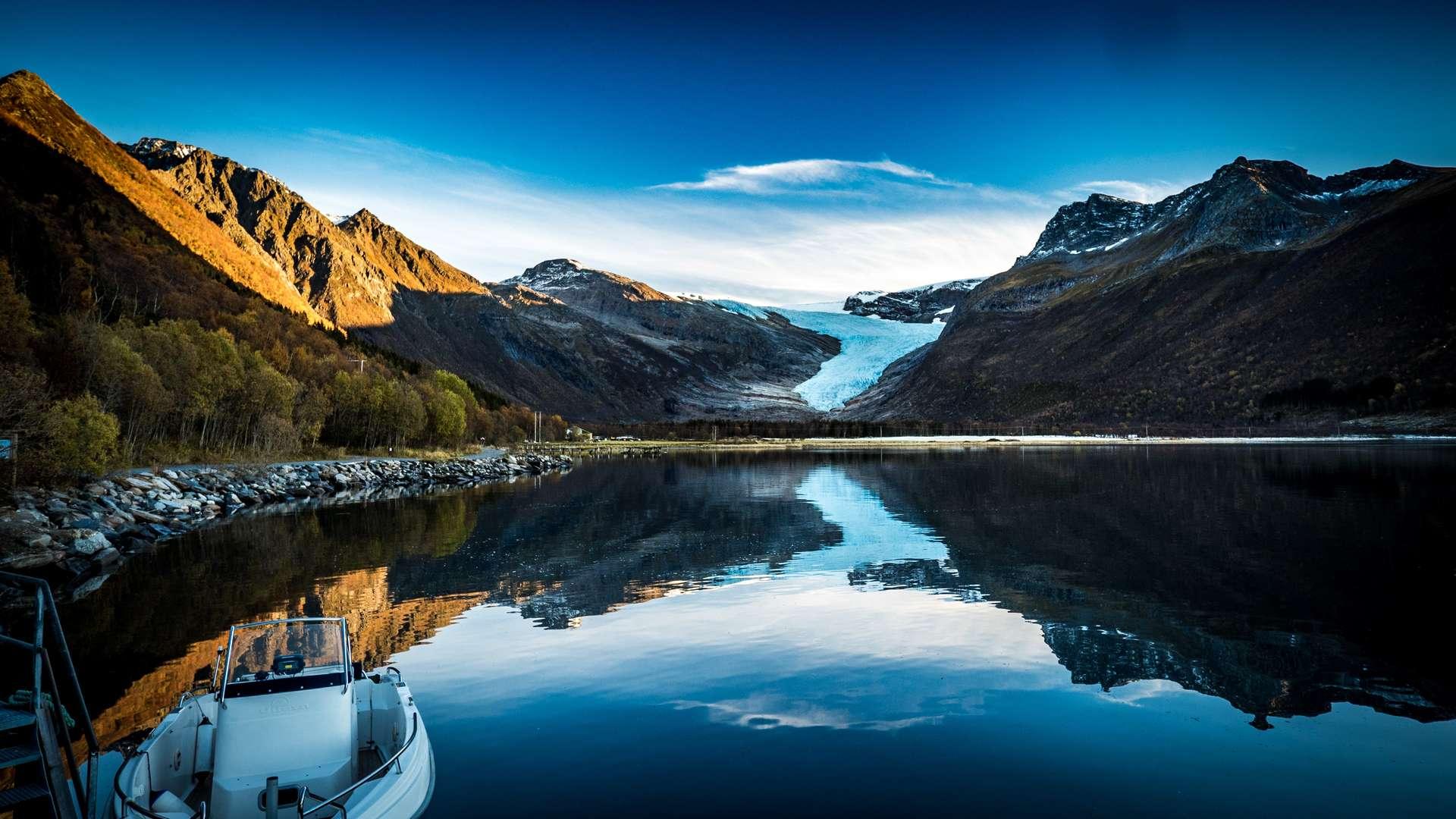 The glacier of Engenbreen descends from the massive glacier system of Svartisen © flightseeing.de