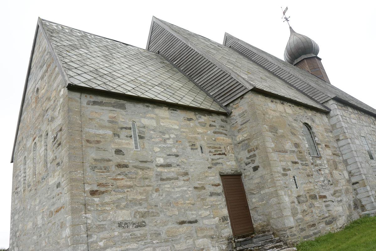 Den eldste delen av Dønnes kirke, med høye smale vinduer © Knut Hansvold