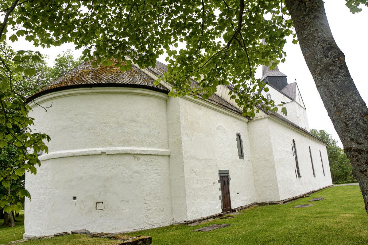 Herøy kirke har en romansk apsis mot øst © Knut Hansvold