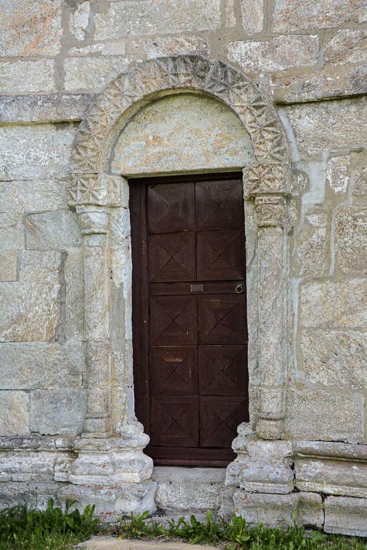 Romansk portal i sakristiet på Alstahaug kirke, en av de fineste i landet © Knut Hansvold