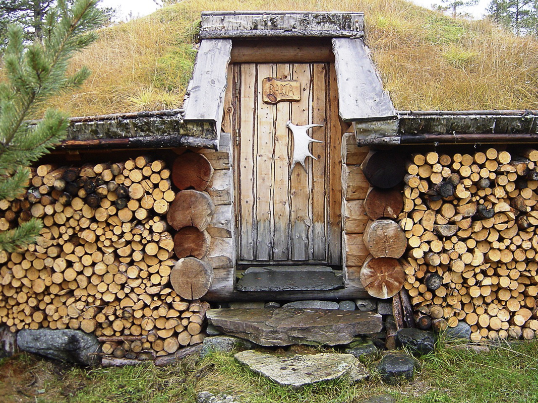The entrance to a cabin (c) Engholm Husky Design Lodge