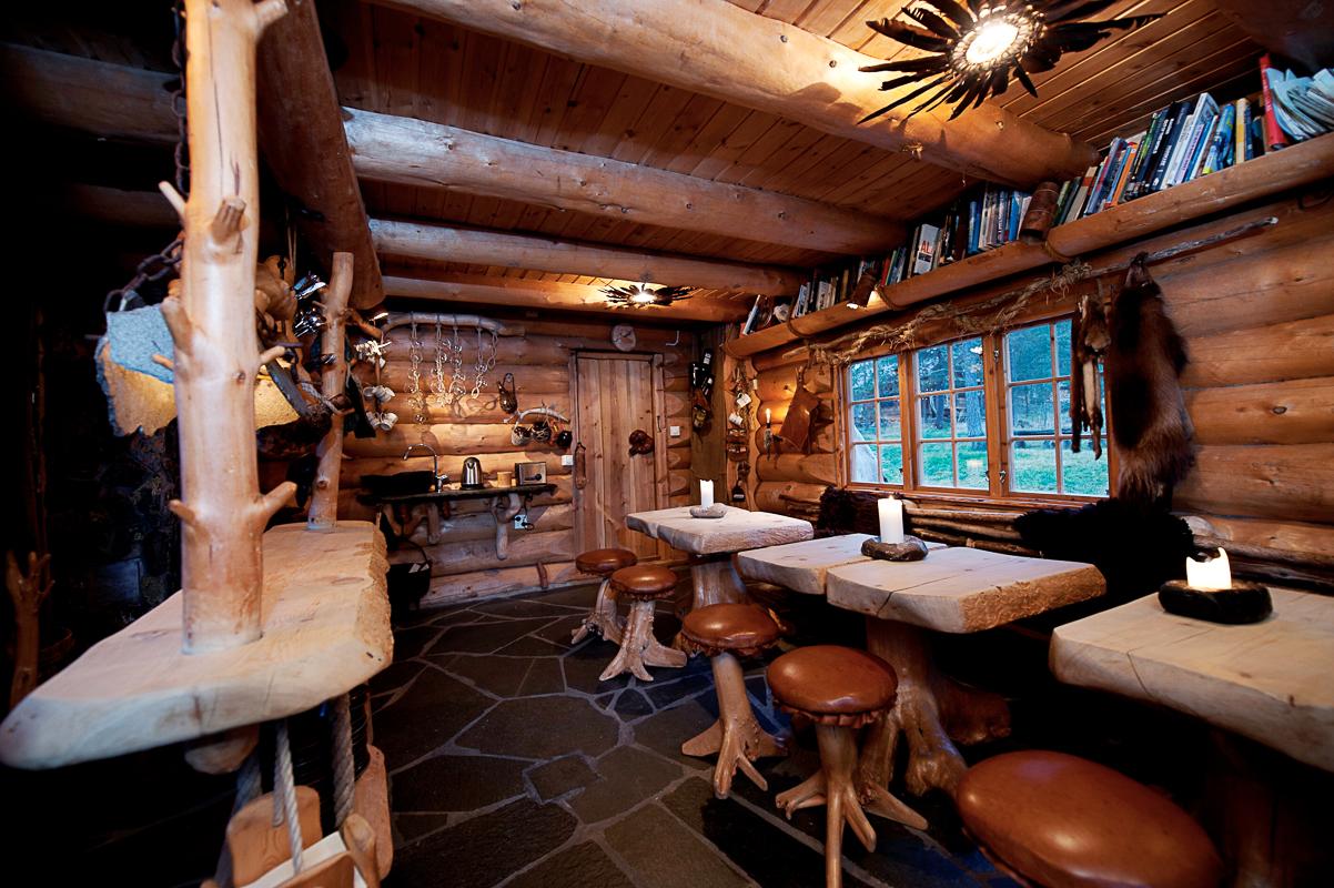 Spisestua der ekspedisjonsgjestene spiser i lag (c) Engholm Husky Design Lodge