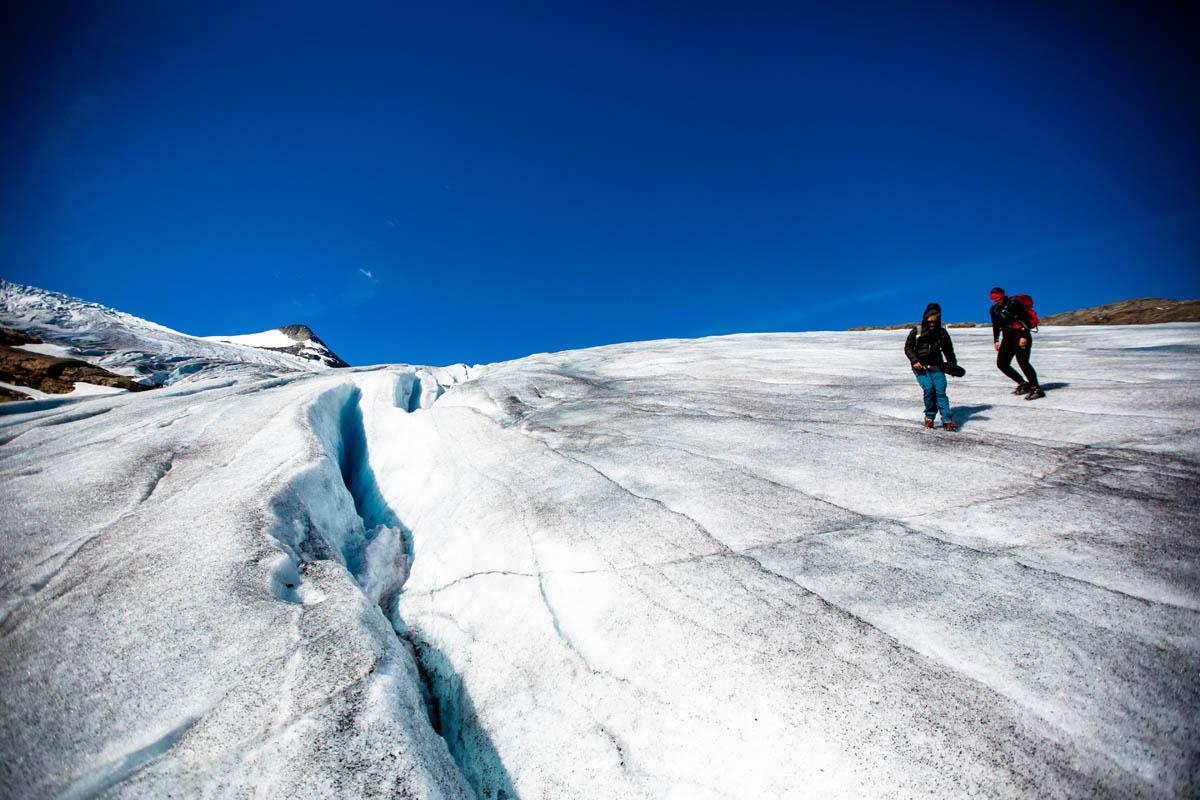 Du forserer breen ved Oksskolten lett med stegjern om du har vært på isbre tidligere © Mats Hoel Johannessen