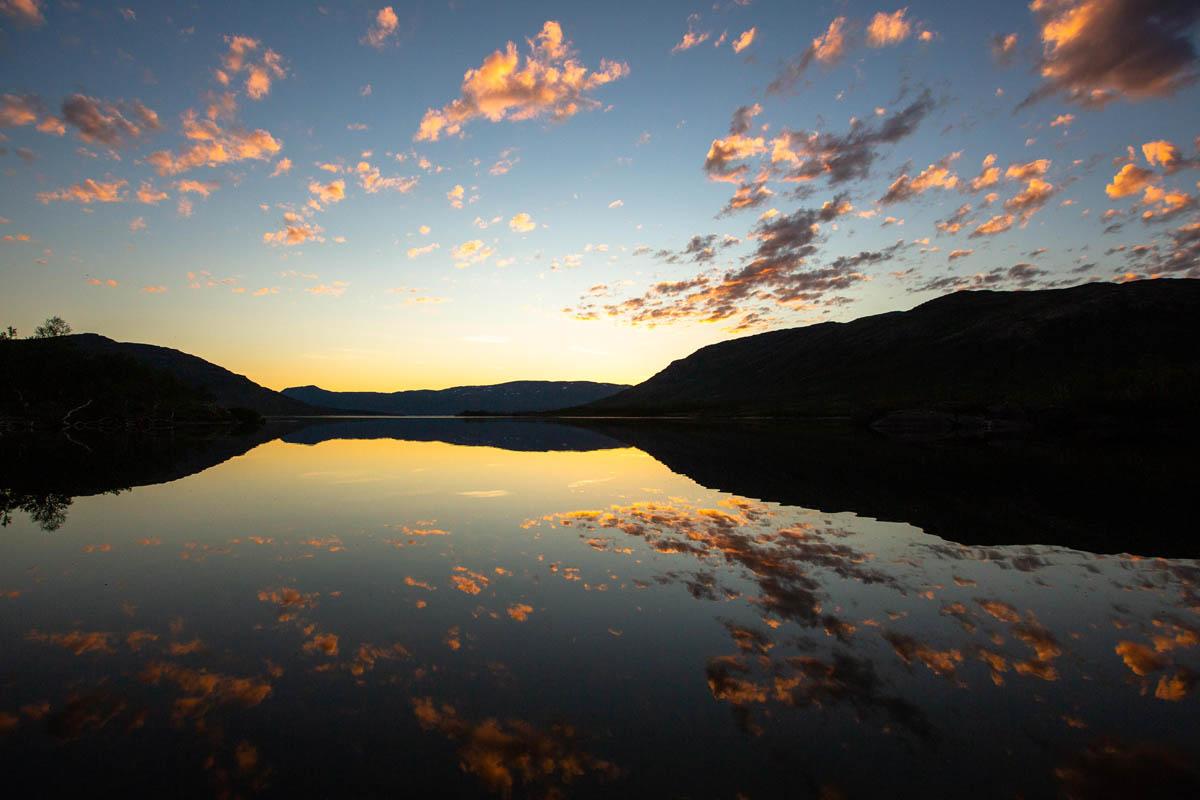 Turen til Oksskolten starter gjerne ved Kjennsvatnet. Her finner du også Kjennsvasshytta © Mats Hoel Johannessen
