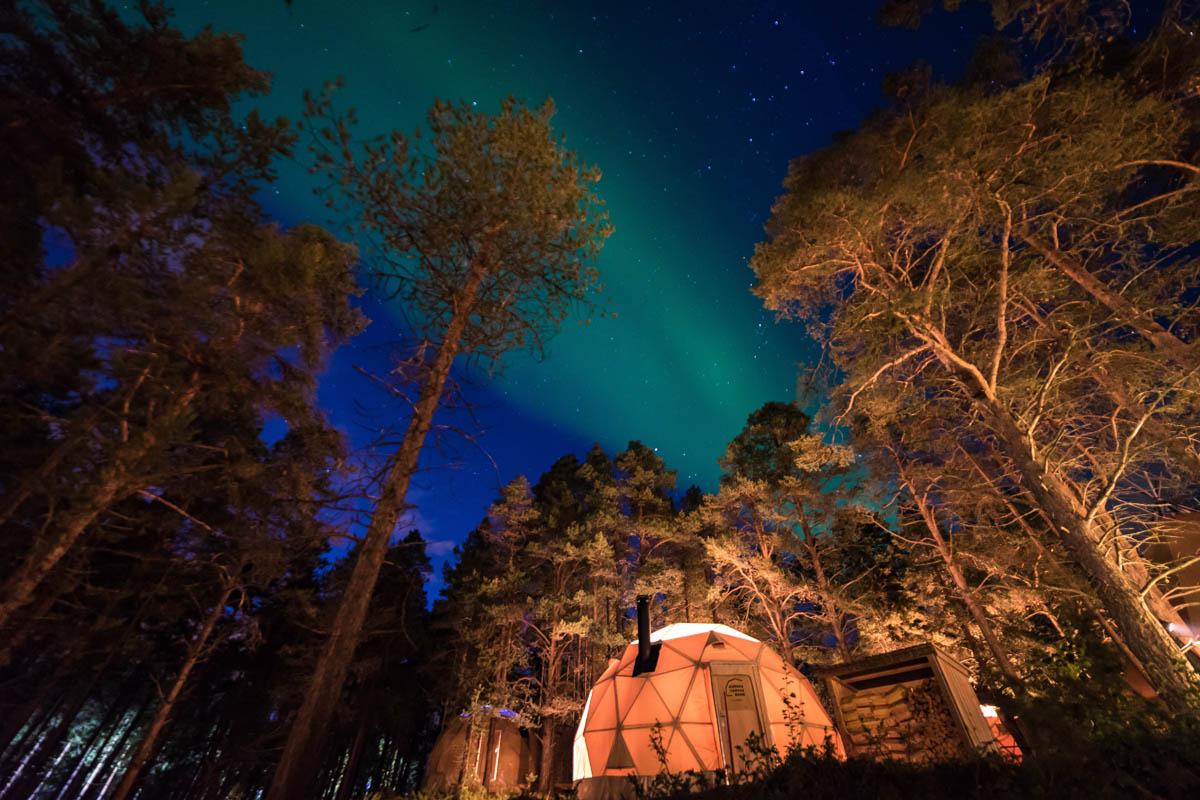 Du kan bo i en Dome hos Glød Explorer og oppleve nordlyset fra sengekanten