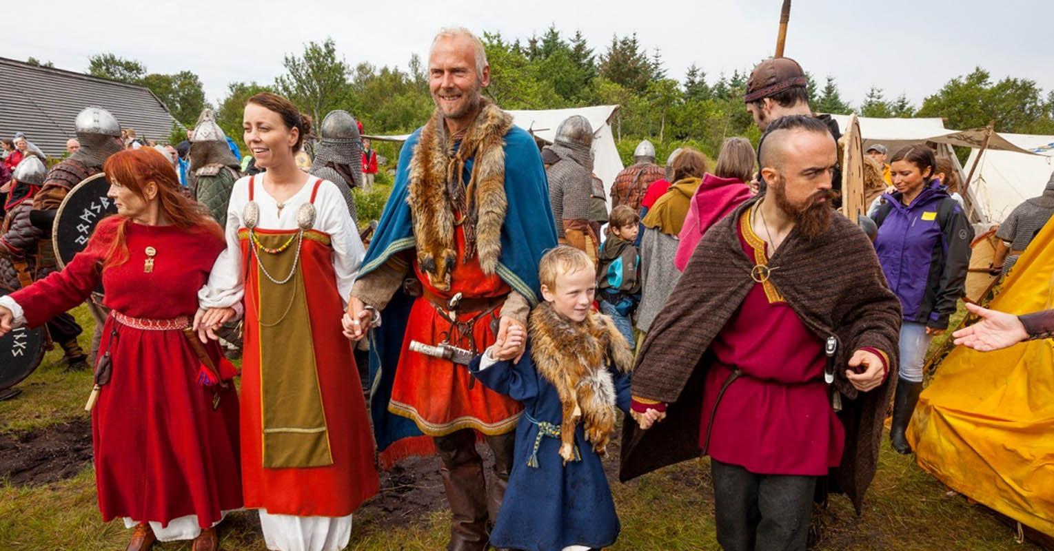 Barn og voksne på Loftr Vikingmuseum