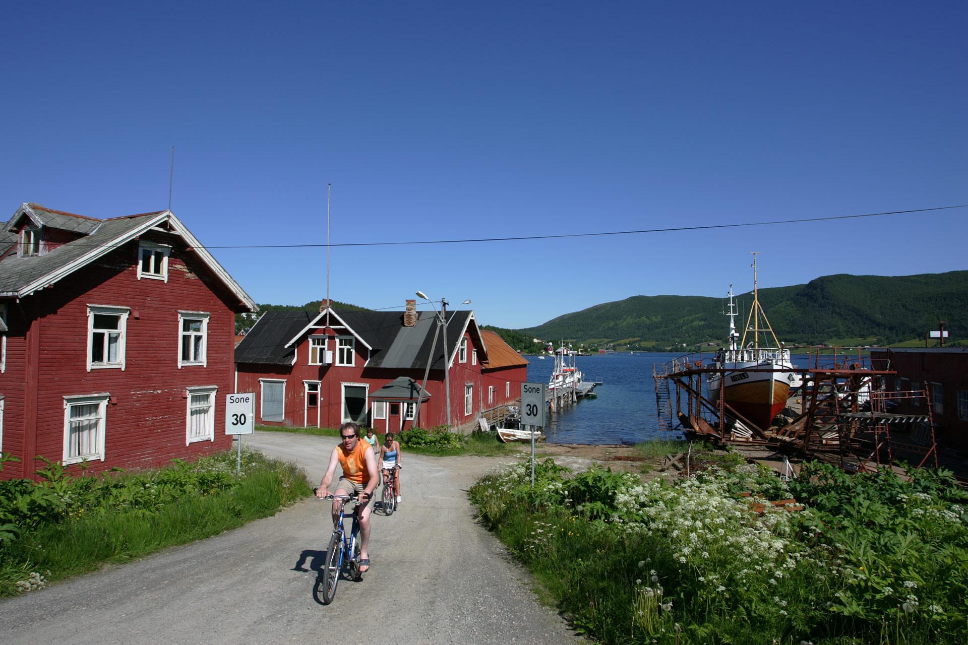 Gibostad på Senja har lite trafikk og fint landskap © Frank Andreassen