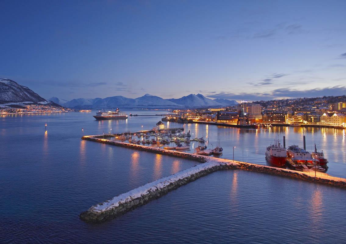 Hurtigruten på vei inn Tromsø kveldstid (C) Bård Løken