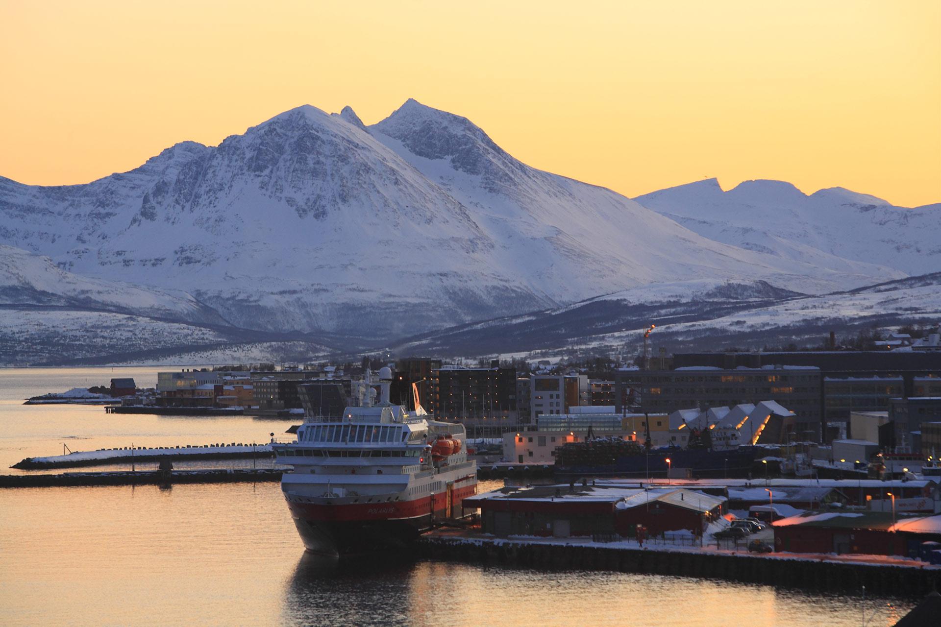 Hurtigruten til kai i Tromsø en iskald februardag © Shigeru Ohki