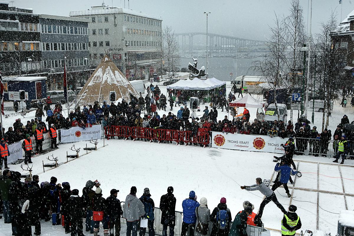 SAMEFOLKETS DAG NM i lassokasting på torget i Tromsø. Foto: Yngve Olsen Sæbbe