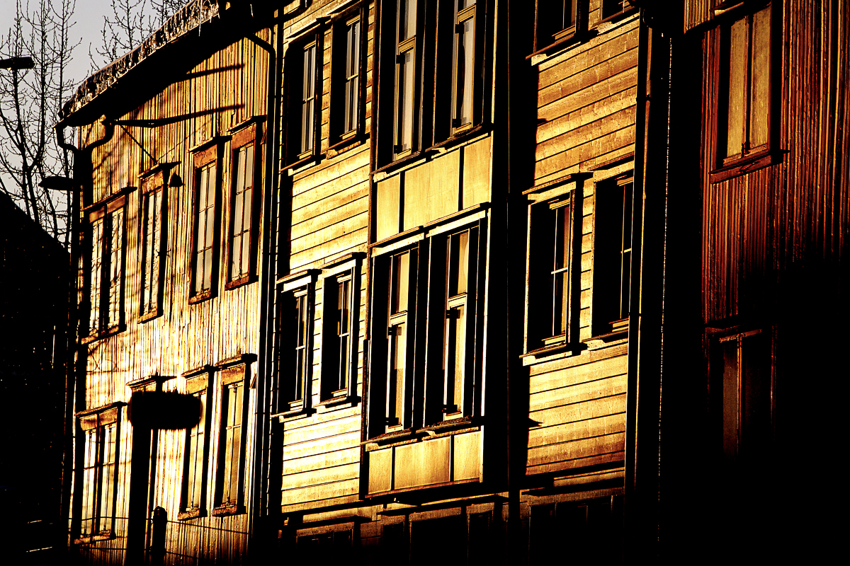The low sunshine lights up the facades for a brief moment © Yngve Olsen-Sæbbe