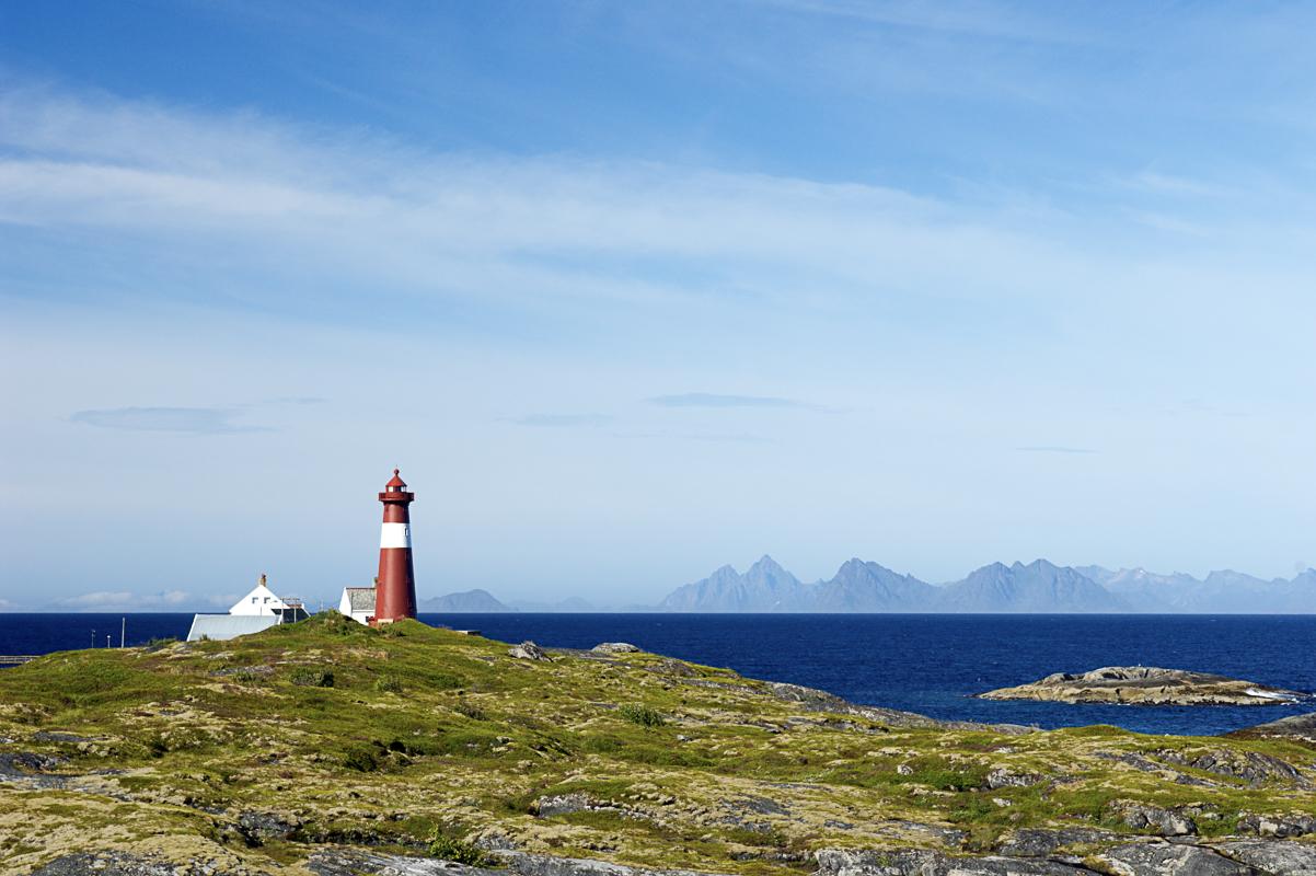 Fyret ut mot Vestfjorden. Lofotveggen er synlig over hele horisonten (c) Bjarne Riesto