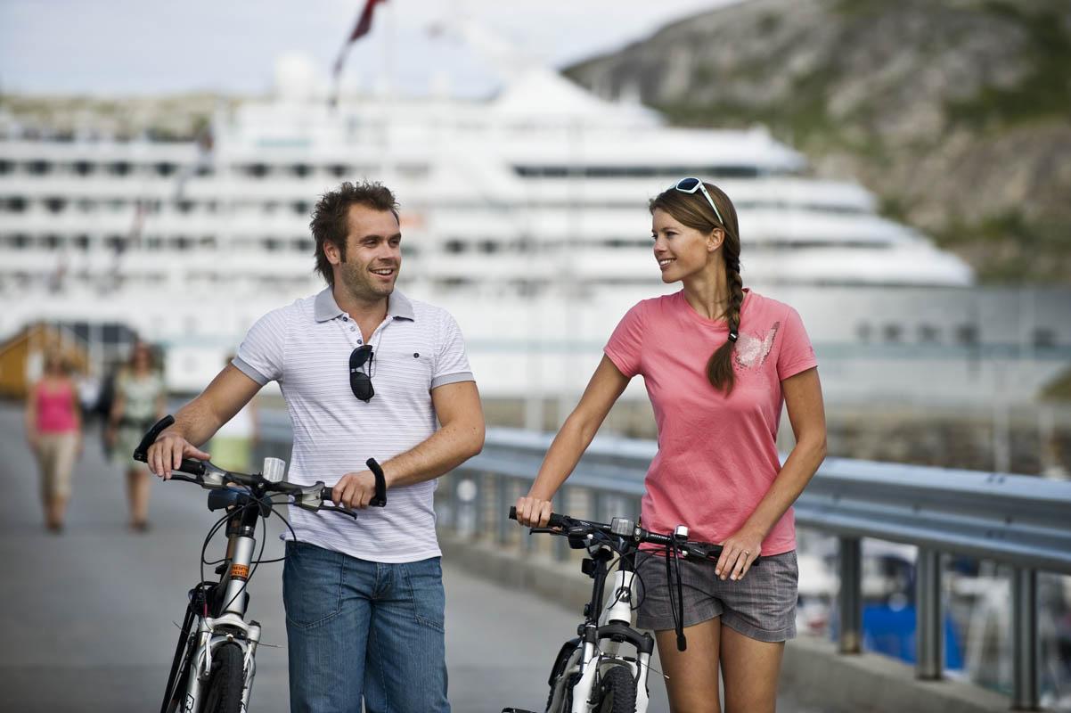 Du kan delta på mange spennende aktiviteter i hver havn, som her på sykling i Bodø (C) Terje Rakke