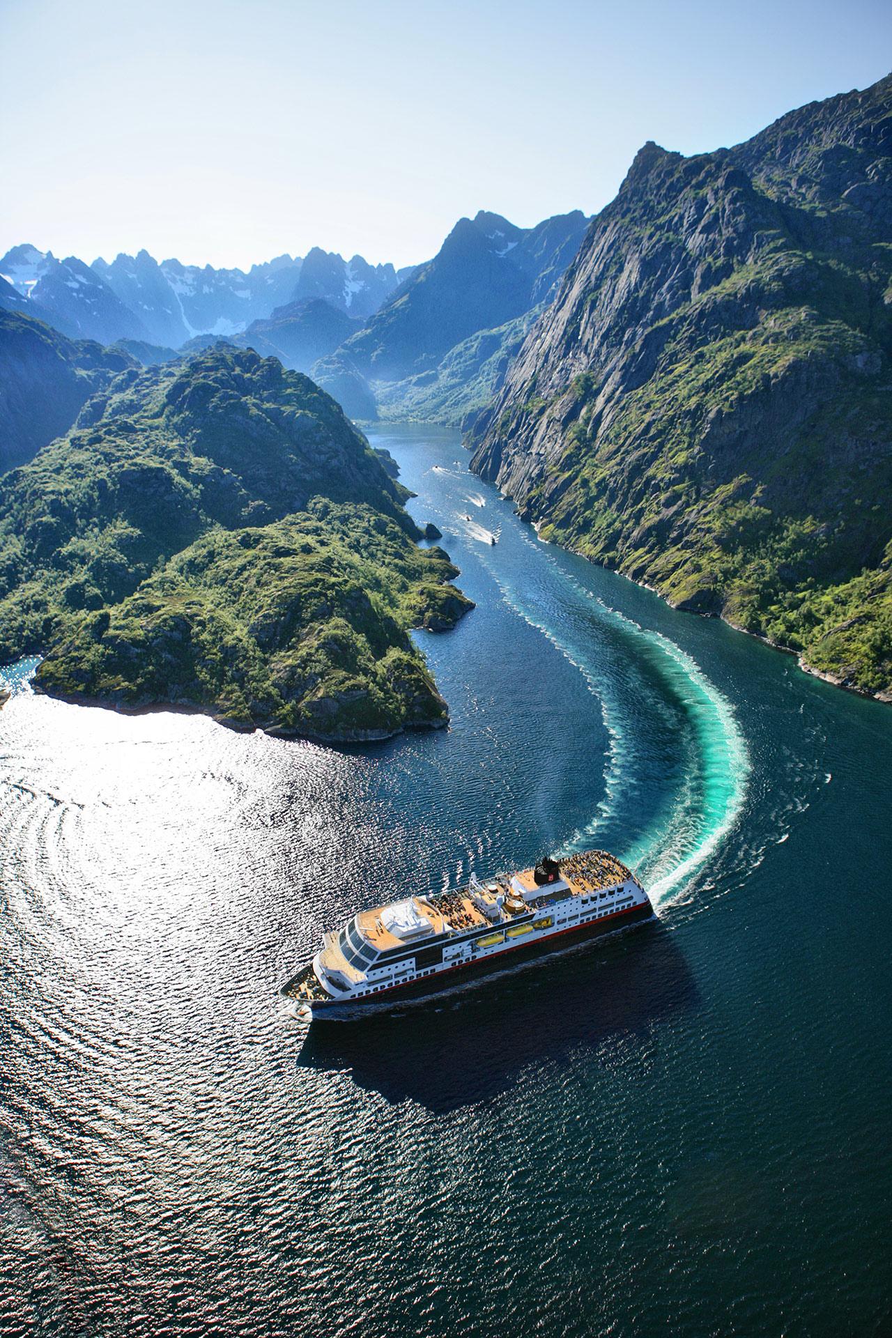 Hurtigruten gjør en avstikker til Trollfjorden i Vesterålen © Tofoto