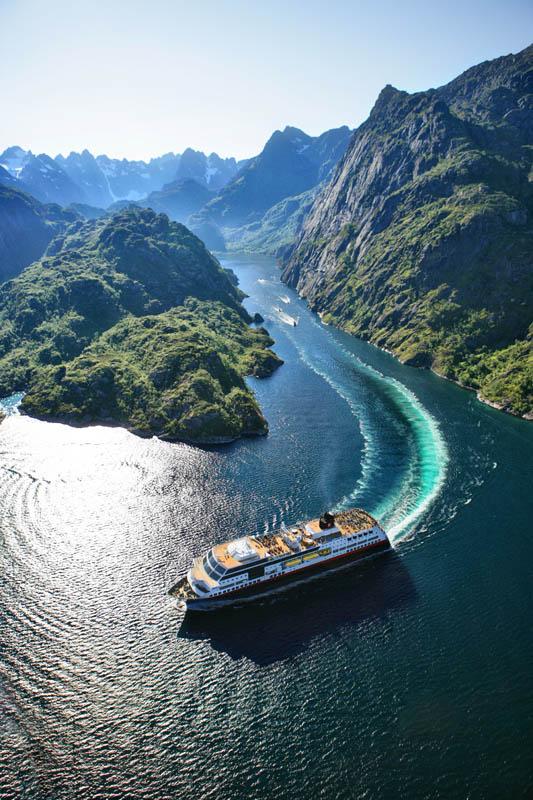 MS Midnatsol sett ovenifra i Trollfjorden