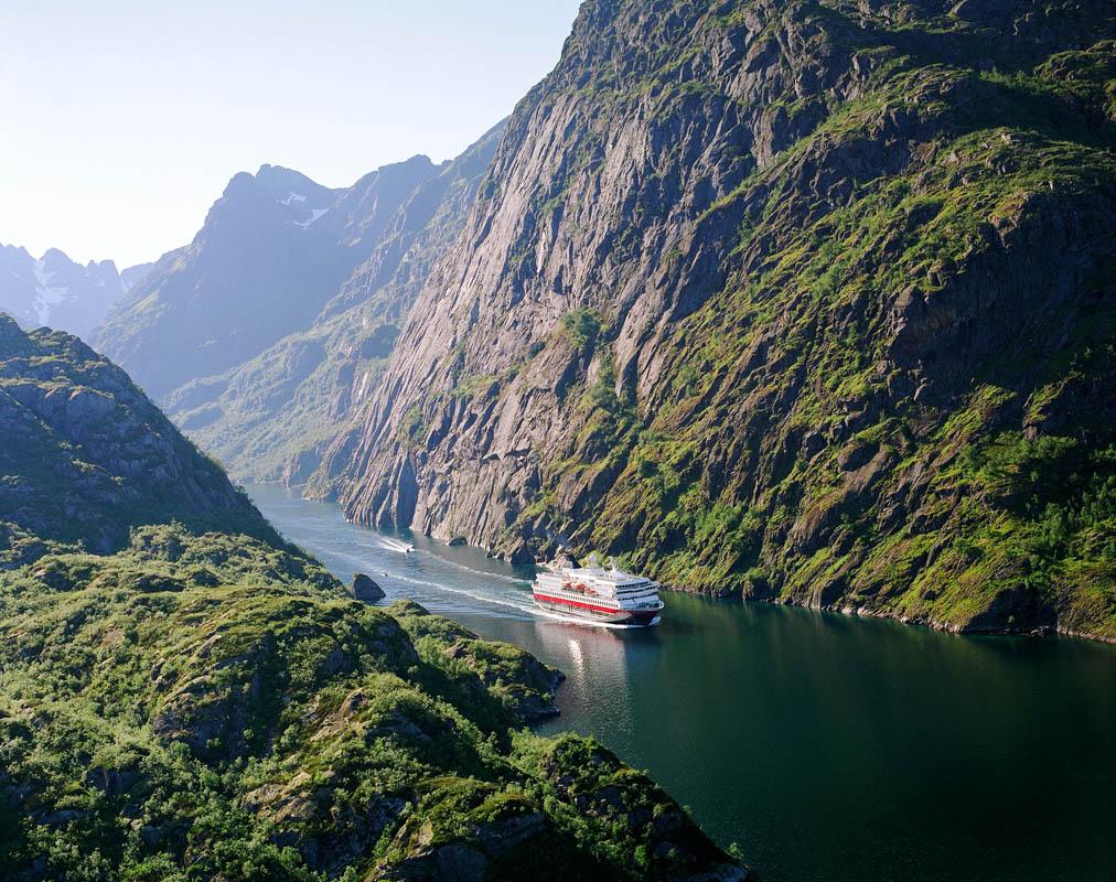 Hurtigruten på vei inn Trollfjorden