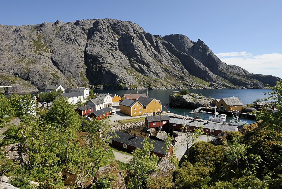 Nusfjord i forsommerskrud ©Jarle Wæhler / Statens vegvesen