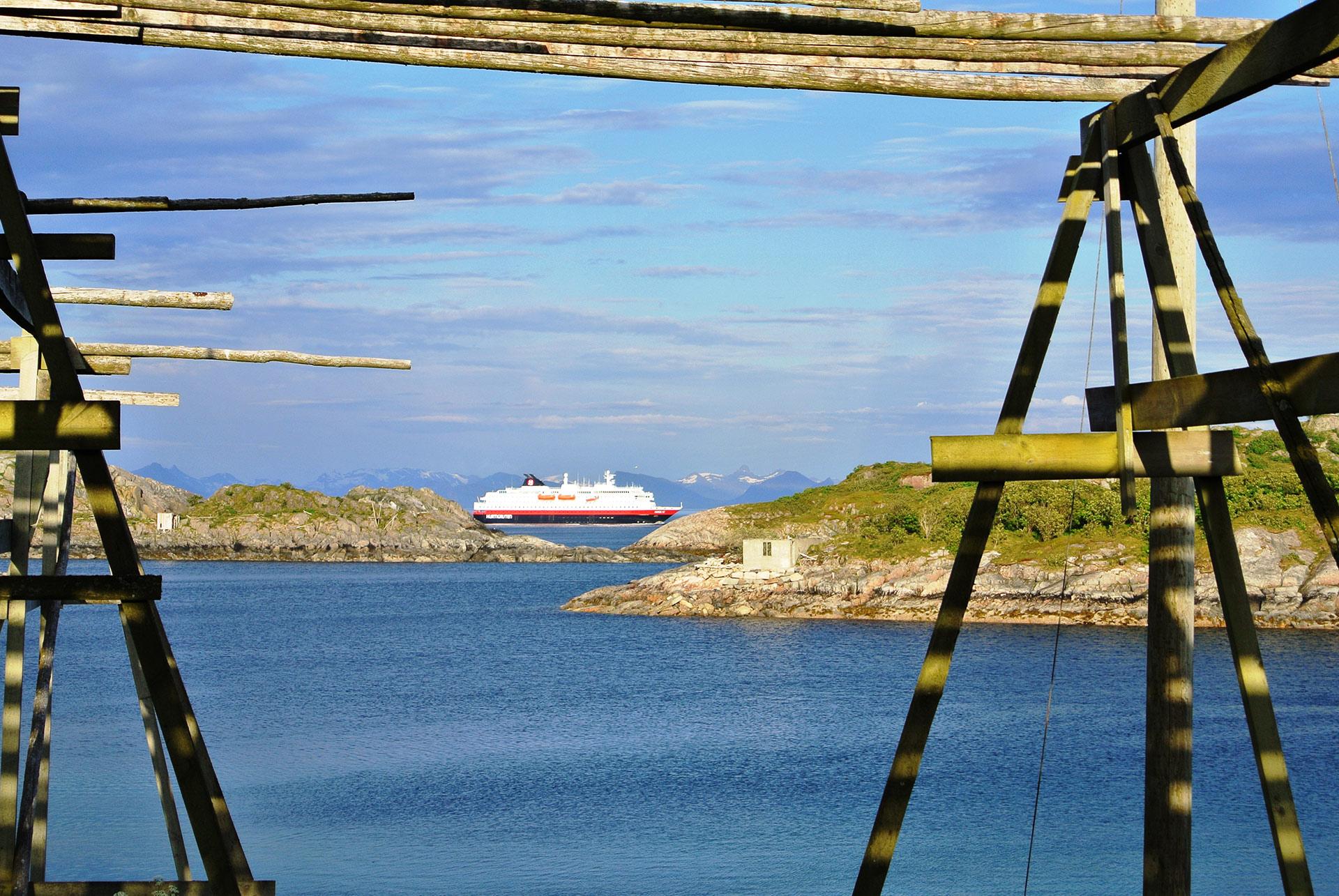 Hurtigruten seiler gjennom Lofoten © Kristian Nashoug