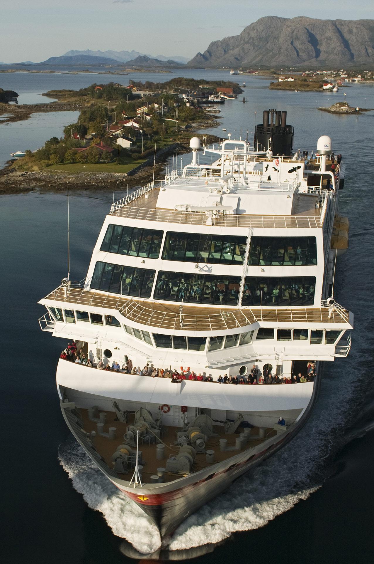 Hurtigruten på vei gjennom øylandskapet på Sør-Helgeland © Orsoyla Haarberg