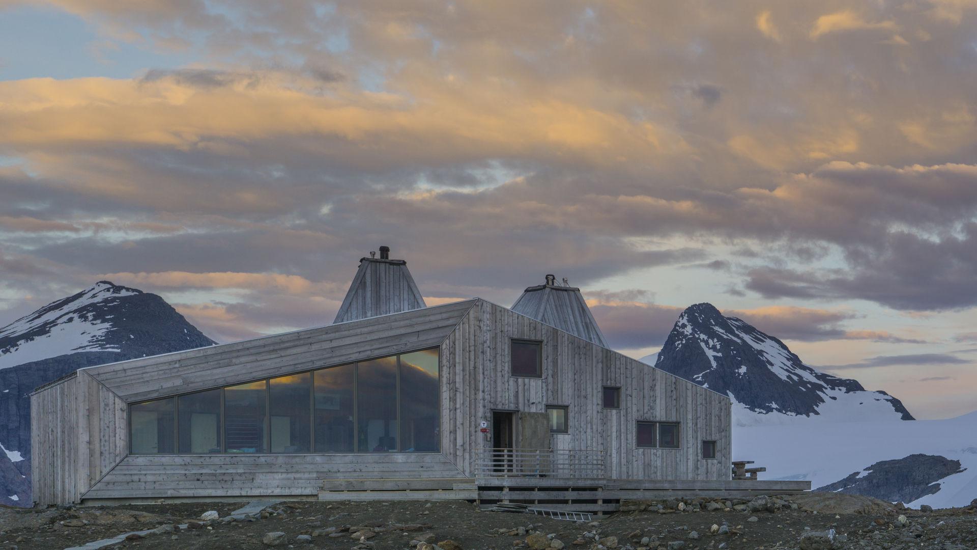 Rabothytta ligger på 1200 meters høyde blant Nord-Norges høyeste topper © Jan Inge Larsen