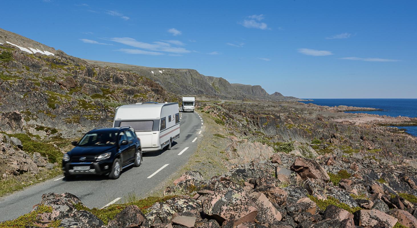 Veien fra Vardø til Hamningberg er smal og går gjennom et karrig landskap. Her ved Persfjorden, Nasjonal turistveg Varanger