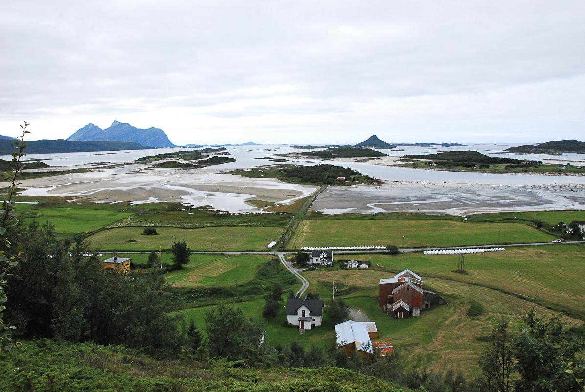 Fra kulturstien ser man ut over kulturlandskapet på sørsida av Engeløya © Knut Hansvold