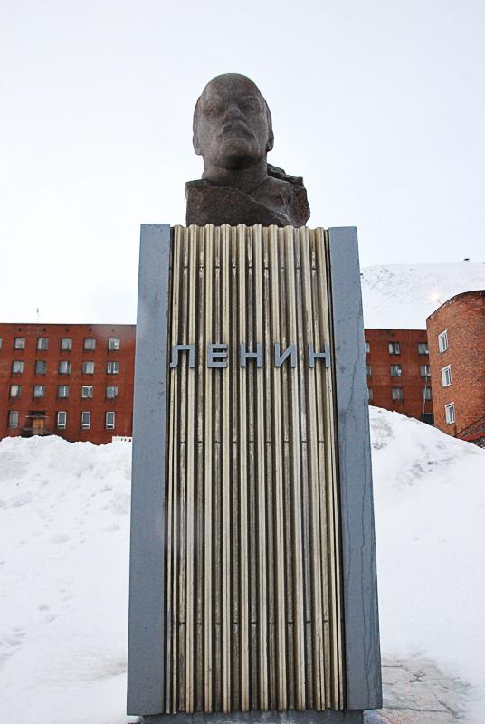Lenin står ennå på sokkel i Barentsburg (c) Knut Hansvold