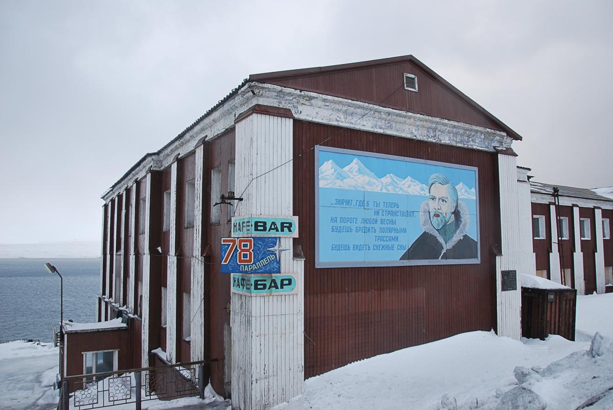 Barentsburg har både bar og kirke (c) Knut Hansvold