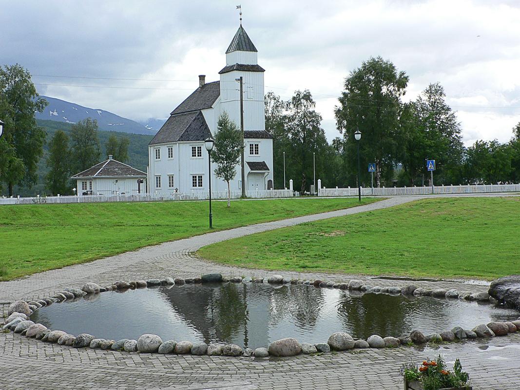 Kirken ligger midt i Setermoen sentrum, og er åpen for besøkende om sommeren (c) Bardu menighet