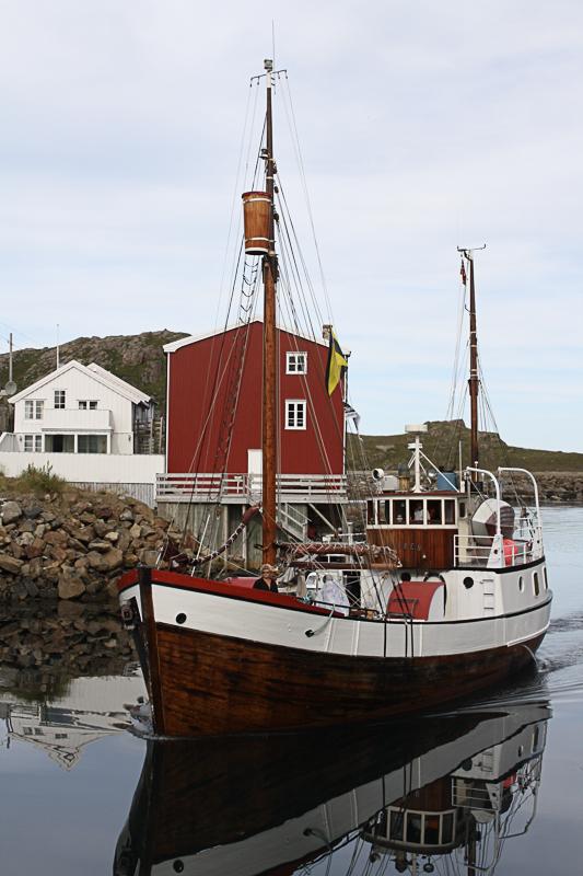 Fangstskute i havna. I trebåt-æraen var havna helt perfekt © Holmvik Brygge
