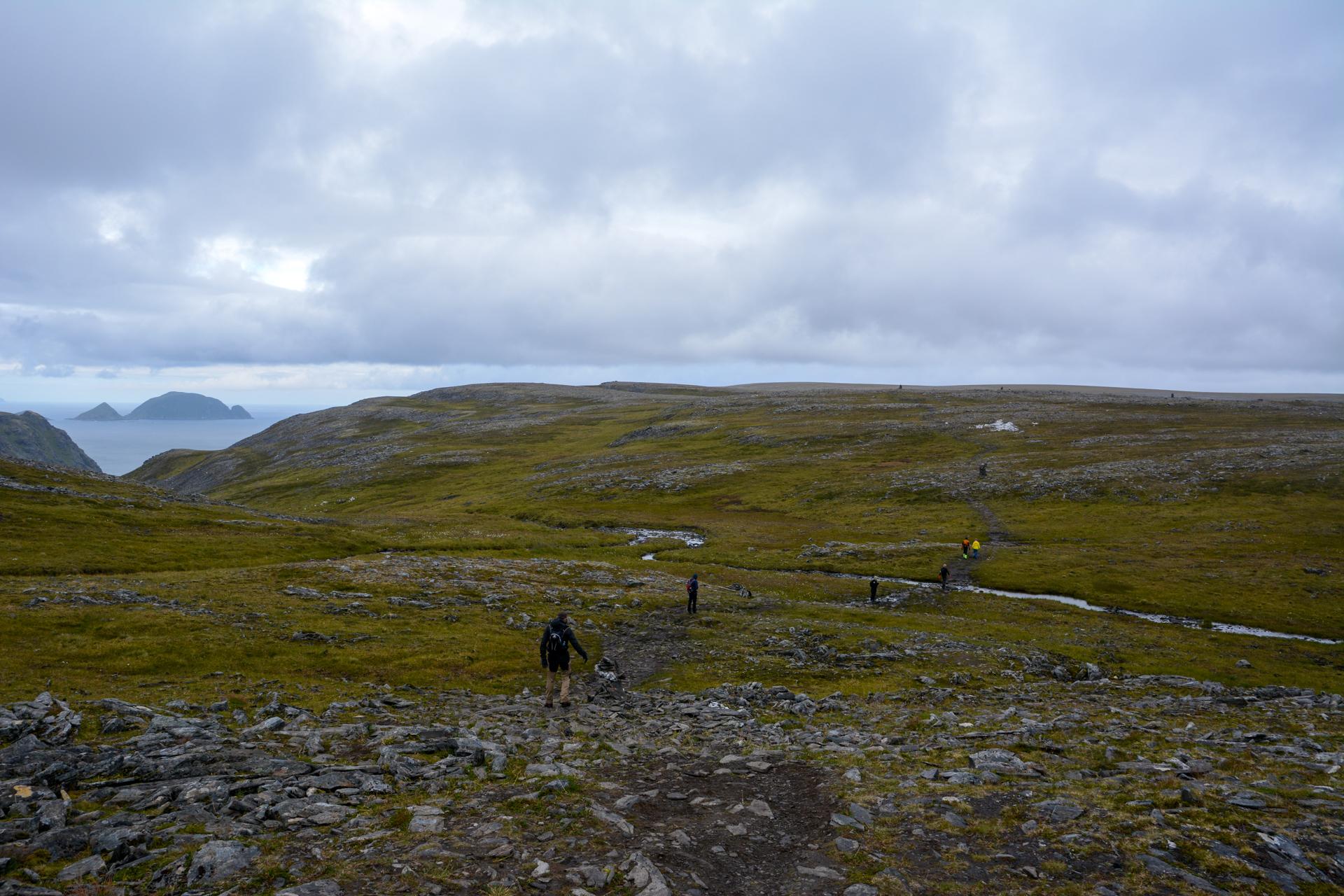 Gjesværstappan er synlige ute i vest mens vi går nordover (c) Knut Hansvold