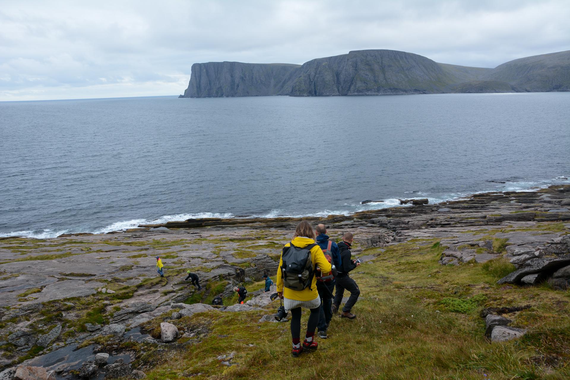 Litt forsiktige i steget går vi opp og ned langs Knivskjelodden på vei utover. Nordkapp er på andre sida (c) Knut Hansvold
